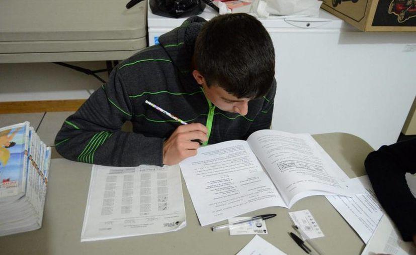 Los estudiantes de la UnADM pueden acudir a centros donde son atendidos por docentes especializados y resolver dudas sobre sus asignaturas. (Archivo/Notimex)