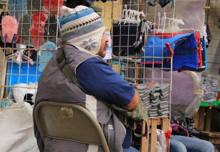 Los habitantes de Mérida lucieron ayer sus prendas invernales. (José Acosta/SIPSE)