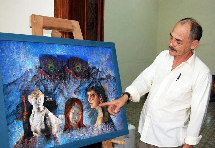 El curador Bernardino Jaimes Arce muestra uno de los cuadros del pintor Alfonso Durán Vázquez. (Milenio Novedades)