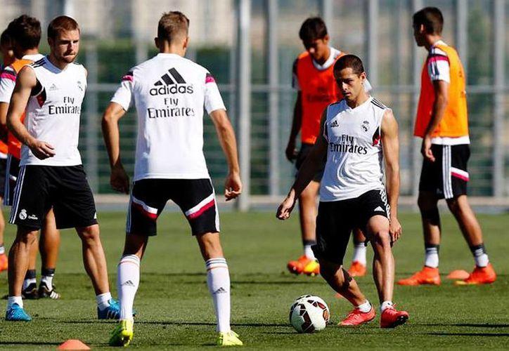 Javier Hernández (d) se prepara para el encuentro del real Madrid ante el Atleti. (Facebook/Real Madrid)