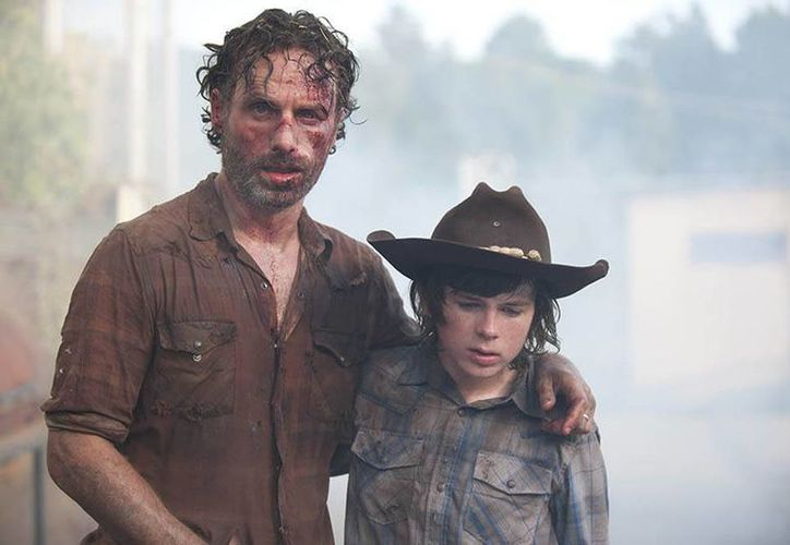 'The walking dead' regresa a la televisión el 15 de febrero, después de haber transcurrido unos meses del final de la primera parte de la temporada seis. En la foto, Rick y su hijo Carl.(Foto tomada de Canal fox)