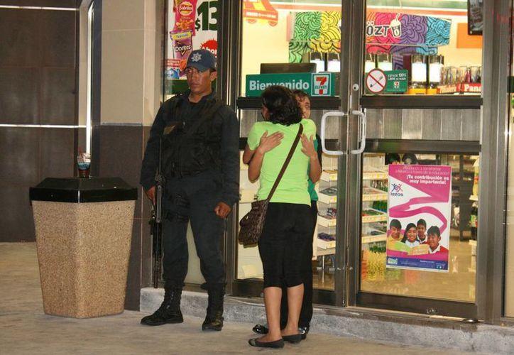 El martes una tienda de conveniencia fue asaltada justo frente a una cámara de vigilancia municipal, el delincuente salió caminando.  (Irving Canul/SIPSE)