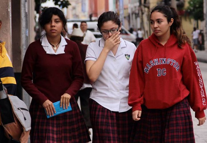 Muchos estudiantes en Yucatán comenzaron la semana protegiéndose por el descenso de temperatura. (SIPSE)