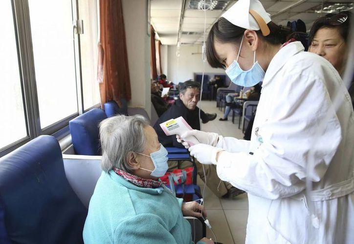 Una enfermera atiende a una paciente en un hospital en Shanghái, China. (EFE)