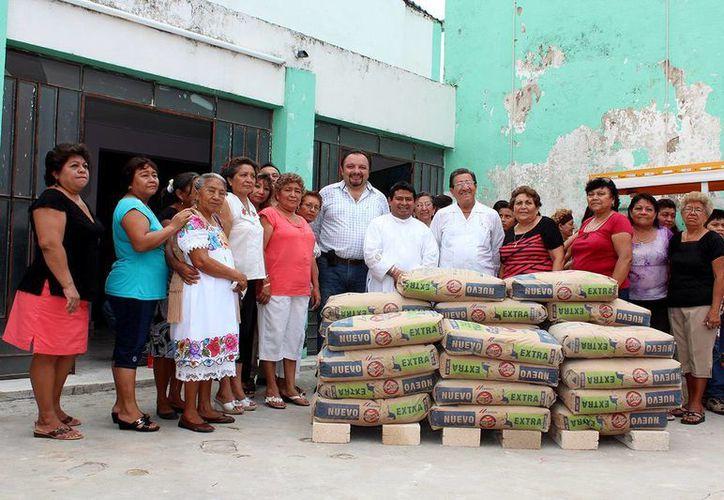 El diputado Torres Rivas gestionó el material ante empresarios comprometidos con la comunidad para que se pueda concluir la construcción de aulas en la iglesia de la Santa Cruz. (Cortesía)