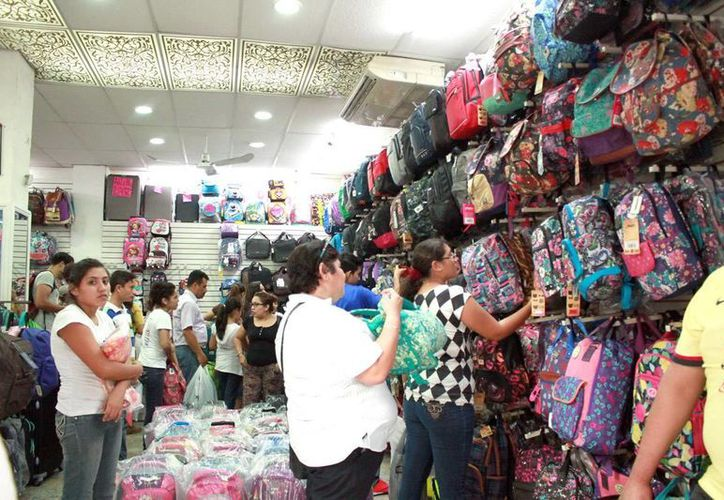 En la capital yucateca, los comercios enfocados a los útiles escolares se ven muy concurridos. (Jorge Acosta)
