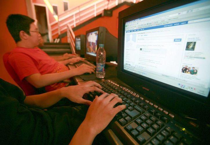 Se especula el daño que la modificación de los contenidos del Facebook pudo tener sobre personas con tendencias depresivas. (EFE/Archivo)