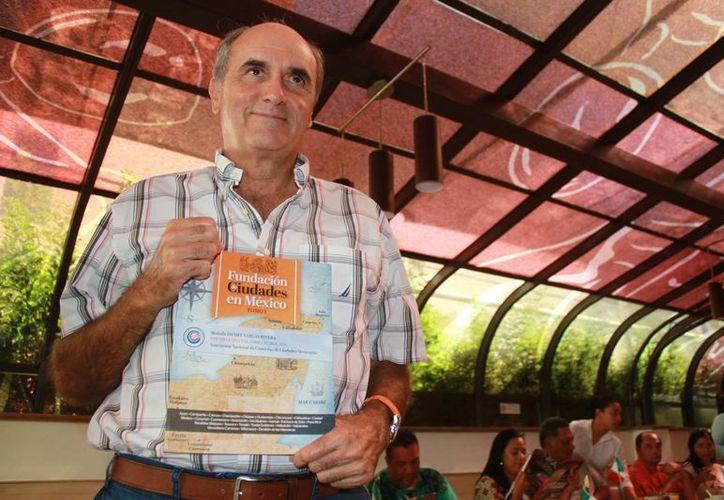 El cronista de la ciudad de Cancún dio a conocer el libro. (Tomás Álvarez/SIPSE)