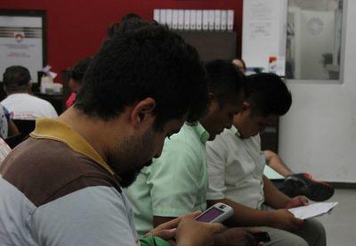 Las personas esperan hasta tres horas para renovar la licencia de funcionamiento. (Consuelo Javier/SIPSE)