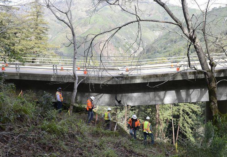 Tan solo las reparaciones de las carreteras dañadas por el mal tiempo en California costarán más de seis millones de dólares. (David Royal /The Monterey County Herald via AP)