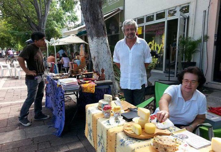 En pleno Paseo de Montejo, un grupo de personas instala, todos los domingos, un bazar de productos poco comunes. La imagen fue tomada de la página de Facebook 'Le Bazar Paseo de Montejo'.