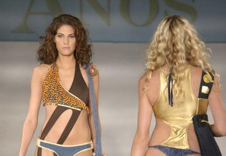 Dos modelos desfilan durante una pasada edición del Miami Fashion Week. (EFE/Archivo)