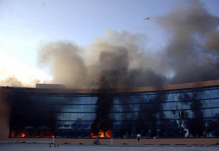 El fuego consume las oficinas de la Contraloría y la Secretaría de Desarrollo Social de Guerrero. (AP)