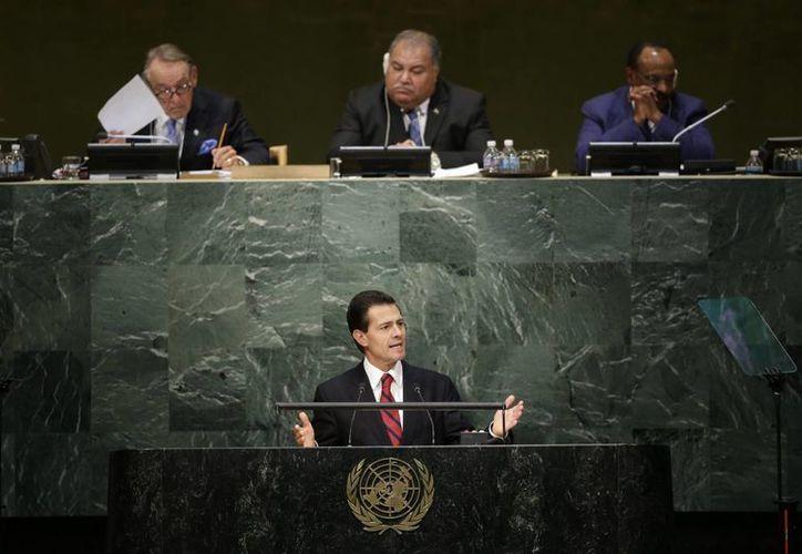Peña Nieto aseguró en el pleno de la ONU que los países deben reevaluar su visión sobre las drogas. (AP)