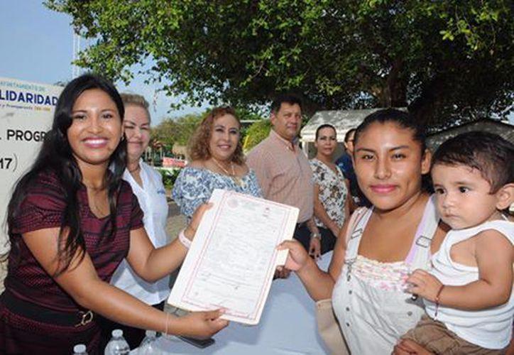 Cerca de 300 personas asistieron a la entrega de actas de nacimiento. (Foto: Redacción)