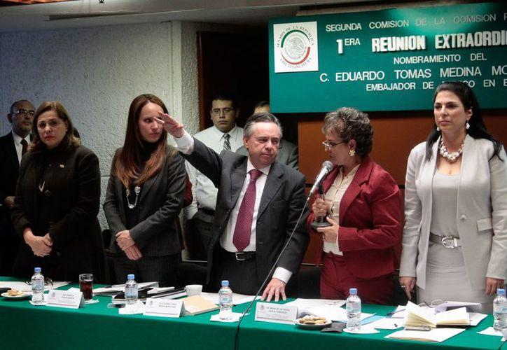 Medina Mora (centro) durante su toma de protesta como embajador ante la Unión Americana. (Notimex)