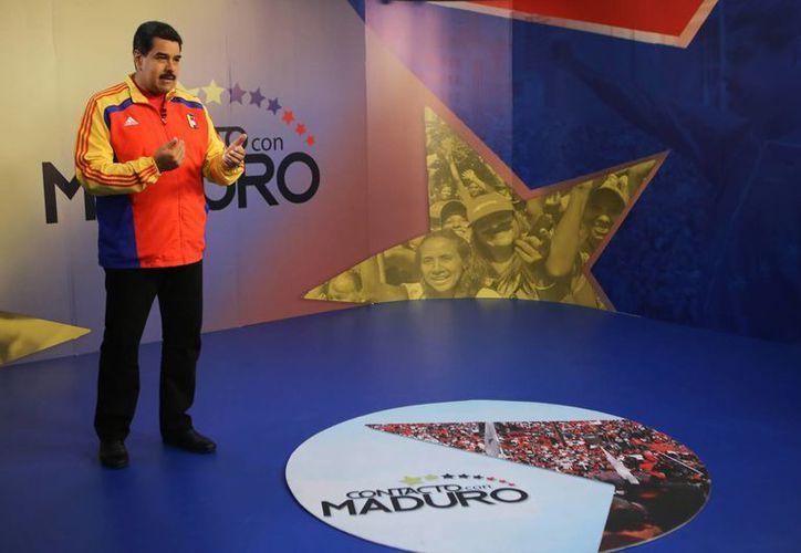 El presidente de Venezuela, Nicolás Maduro, participa en su programa semanal de televisión en el Palacio de Miraflores en Caracas. El Mandatario canceló su viaje al Vaticano, por prescripción médica. (Archivo/Notimex)
