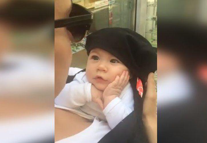 Una bebé fue captada mientras miraba con admiración a su mamá cuando le cantaba una canción de cuna. (Impresión de pantalla)