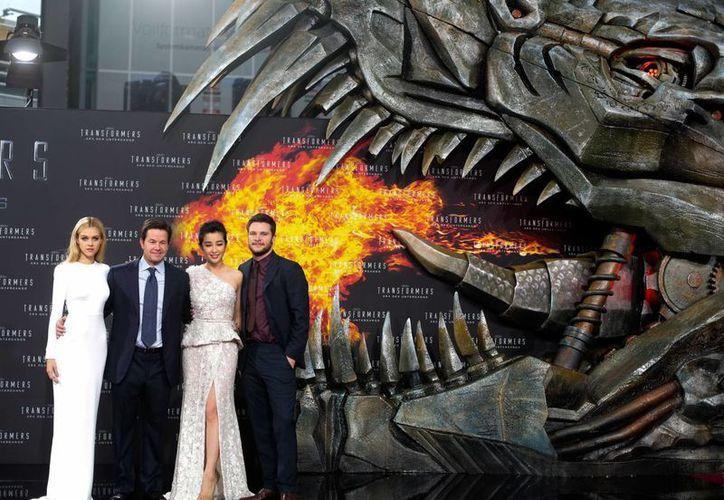 """Los actores Nicola Peltz, Mark Wahlberg, Li Bingbing y Jack Reynor durante el estreno de """"Transformers: Age of Extinction,"""" en la Plaza Potsdamer en Berlin, en junio del año pasado. (Foto: AP)"""