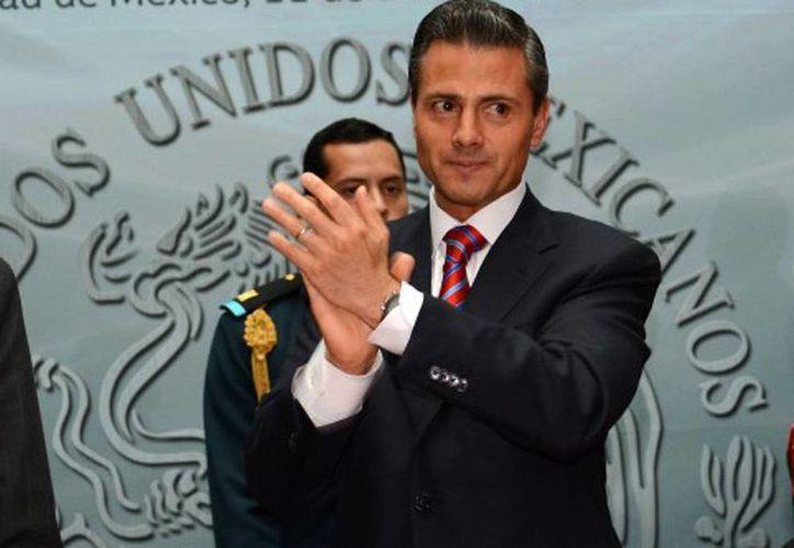 El presidente Enrique Peña Nieto aplaudió la labor de los diputados de su partido, de los del Verde Ecologista, y de los de Panal por haber aprobado la Reforma Energética y otros 15 cambios a la Constitución Política de los Estados Unidos Mexicanos. (presidente.gob.mx)