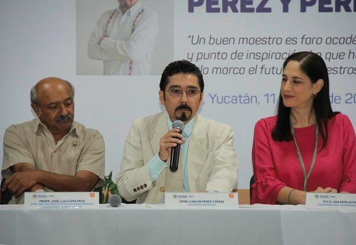 Carlos Alberto Pérez y Pérez (en medio) fue designado como Maestro Distinguido 2019. (Novedades Yucatán)