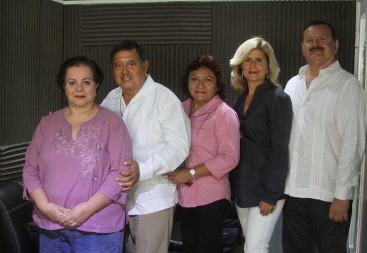 Conductores e invitados a la emisión del programa 'Salvemos una Vida'. (César González/SIPSE)