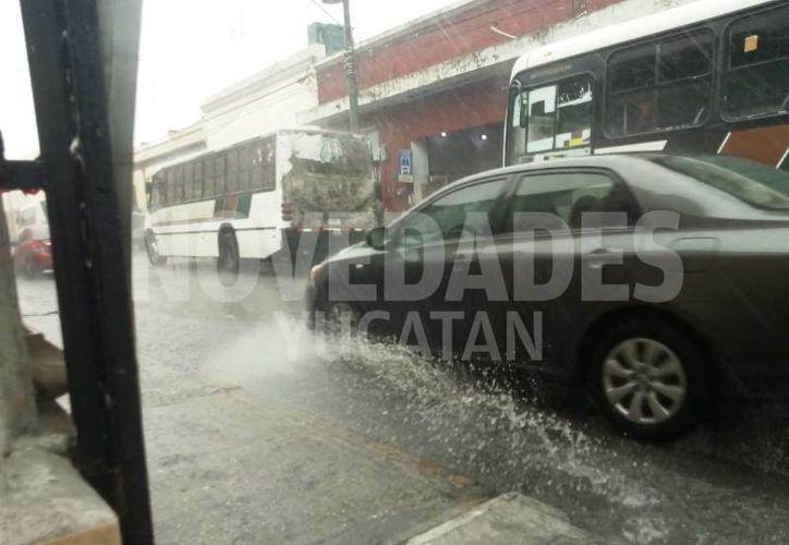 Encharcamientos y congestión vehicular se generaron en el Centro de Mérida. (Novedades Yucatán)