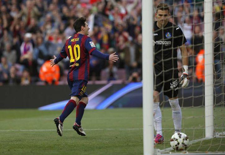 Lionel Messi se dispone a celebrar uno de sus dos goles en partido ganado 6-0 por Barza a Getafe, lo que permite al argentino llegar a 38 tantos en Liga de España y estar a solo uno detrás de Cristiano Ronaldo. (Foto: AP)