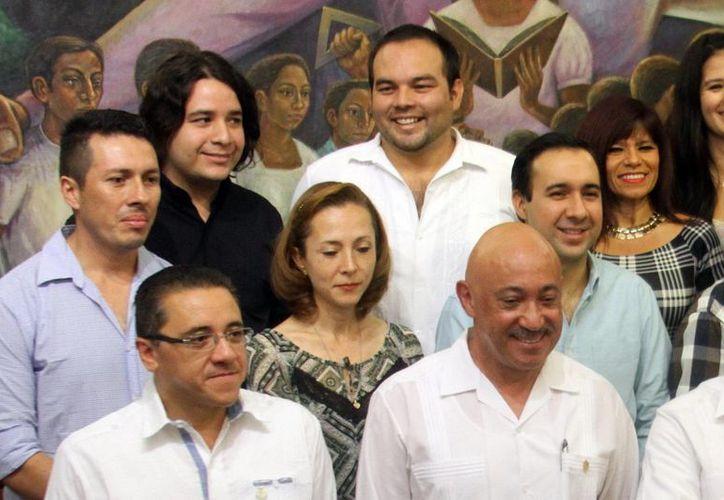La entrega de certificados se realizó en el edificio central de la Uady. Imagen de los egresados acompañados del rector José de Jesús Williams. (Milenio Novedades)