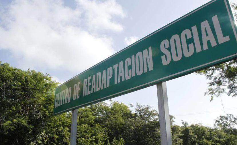Sobre la carretera libre a Mérida se ve un letrero que anuncia a lo que será el próximo Centro de Reinserción Social (Cereso). (Sergio Orozco/SIPSE)
