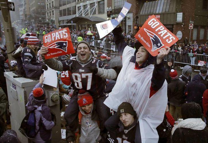 Los aficionados de los Patriotas abarrotaron las calles de Boston para celebrar el campeonato con los jugadores.(Antony Gay/AP)