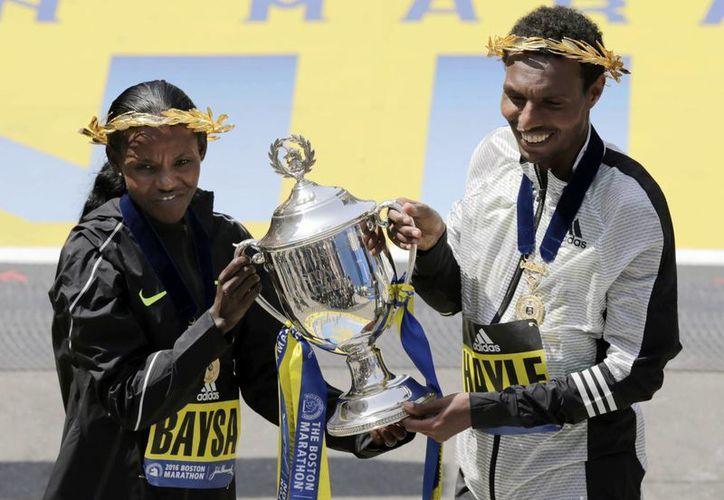 Los etíopes dejaron fuera del podio a los corredores kenianos, quienes eran favoritos para conquistar la victoria en el Maratón de Boston.(AP)