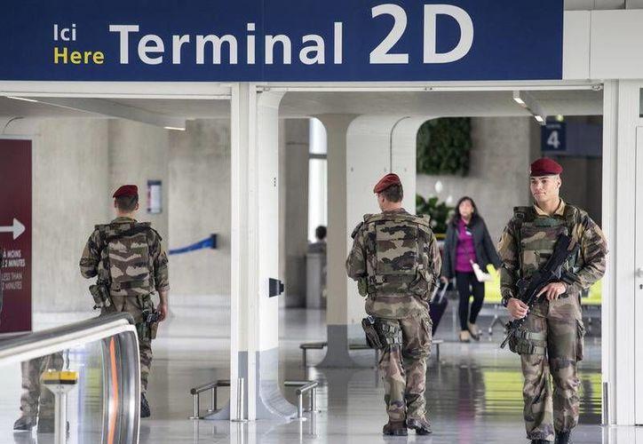 Soldados franceses patrullan el aeropuerto parisino Charles de Gaulle, de donde partió el avión de EgyptAir rumbo a El Cairo que cayó en el Mediterráneo. (AP)