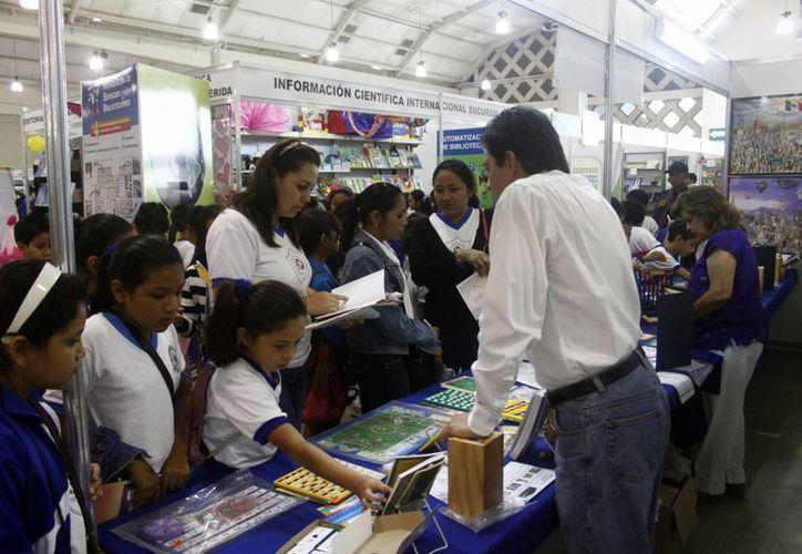 La lectura aún interesa a los jóvenes, pese a las nuevas tecnología. (Christian Ayala/SIPSE)