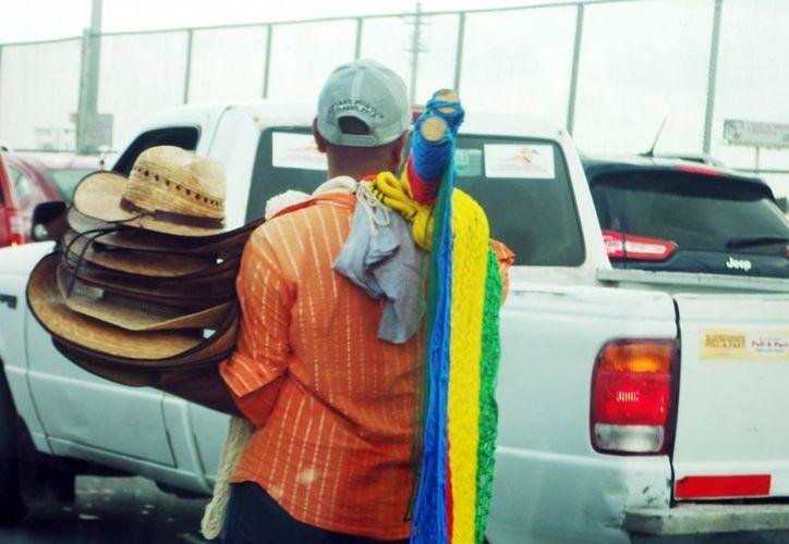 Sombreros, peluches, juguetes, camisetas representativas de equipos de futbol, hamacas, agua, refrescos, dulces, nieves y hasta artesanías mexicanas son tan sólo algunos artículos que se comercializan diariamente en inmediaciones del cruce internacional que une a Reynosa con Hidalgo, Texas. (Notimex)