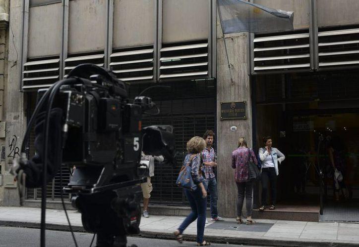 Reporteros esperan a la salida del edificio donde se encuentra el despacho de la fiscal Viviana Fein, donde se espera que declararán los custodios del apartamento donde murió el fiscal Alberto Nisman en Buenos Aires. (EFE)