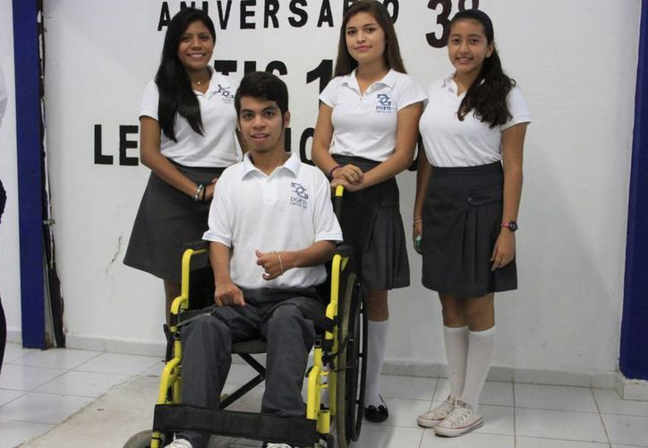Alumnos del Cbtis 111 fabricaron una silla de ruedas con materiales reciclados. (Tomás Álvarez/SIPSE)