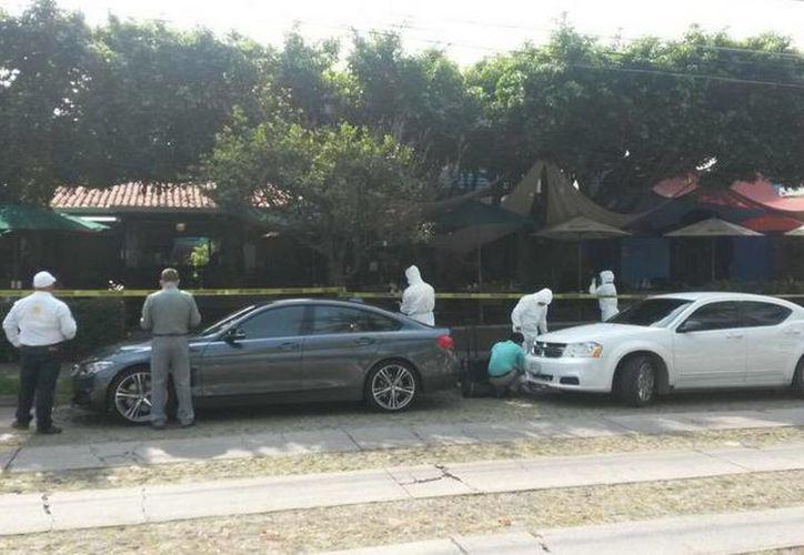 Imagen del restaurante donde fue atacado el ex gobernador de Colima Fernando Moreno Peña y al que llegaron las autoridades para realizar las investigaciones sobre el atentado. (twitter.com/ramirezpaco)
