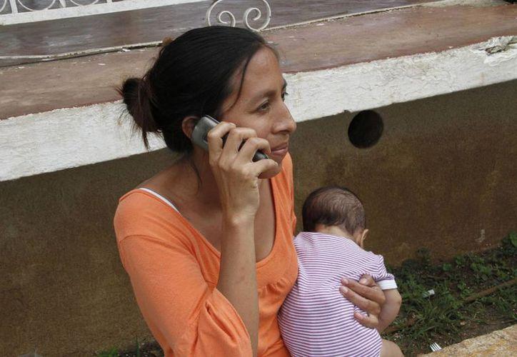 Especialistas dicen que utilizar el celular como sustituto de relaciones afectivas o sociales, genera en el niño problemas como el sedentarismo. (Tomás Álvarez/SIPSE)