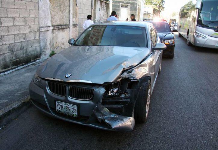 El choque del lujoso BMW causó un embotellamiento en la calle 62 del Centro Histórico. (SIPSE)