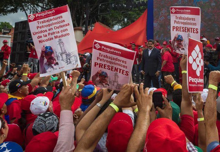 El presidente de Venezuela, Nicolás Maduro fue arropado por decenas de trabajadores del sector petrolero estatal en Caracas. (EFE)