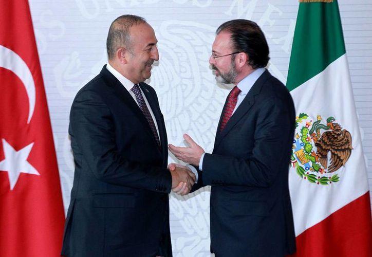 El canciller mexicano Luis Videgaray (d) saluda al primer ministro de Asuntos Exteriores de Turquía,  Mevlut, Cavusoglu, después de su encuentro, el 3 de febrero de 2017. Videgaray anunció que en breve se concretará un acuerdo comercial con ese país. (Notimex)