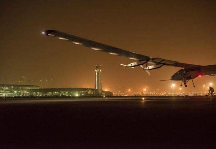 El avión Solar Impulse está siendo revisado de manera integral en Hawai, desde donde volverá a despegar hasta abril de 2016. (AP)