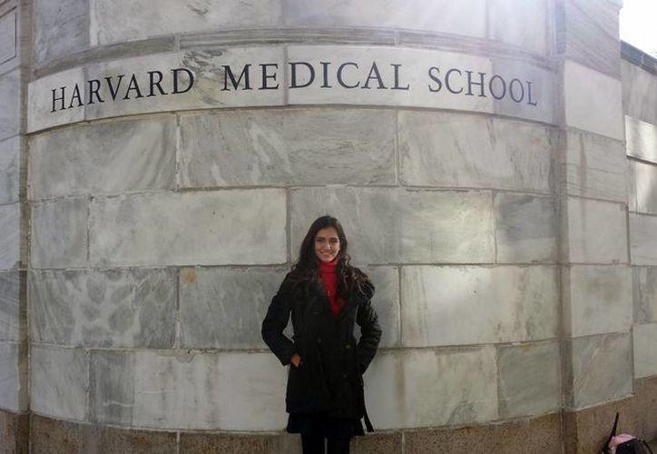Mireille Salas Crisóstomo a las puertas de la Universidad de Harvard, donde realizó na estancia de casi un mes .(Milenio Novedades)