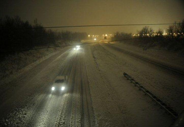 La tormenta también complicó el tránsito vehicular. (Agencias)