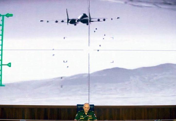 Un general, Sergei Rudskoi, de las Fuerzas Armadas de Rusia, explica los ataques aéreos sobre Siria, en la que fallecieron 30 personas. (AP)
