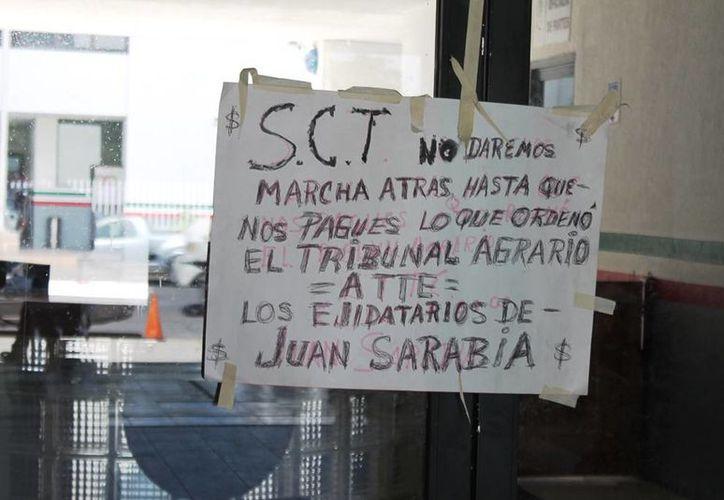 Ejidatarios de Juan Sarabia acordaron bloquear la carretera Chetumal-Cancún, a la altura del kilómetro 19. (Edgardo Rodríguez/SIPSE)