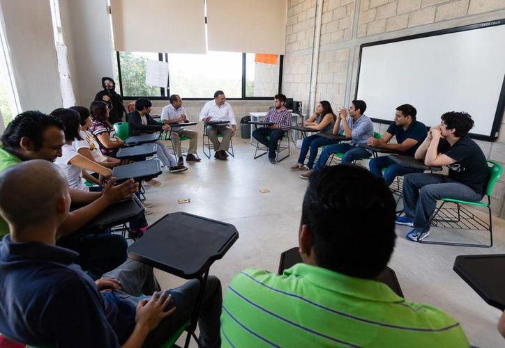 En reunión con estudiantes de la primera generación de  la Universidad Politécnica de Yucatán, el Gobernador les detalló dónde se harán mejoras y recibió diversas peticiones. (Fotos cortesía del Gobierno estatal)