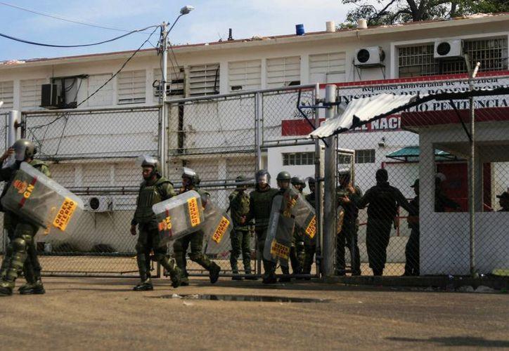 Miembros de las Fuerzas Armadas y de la Policía custodian la cárcel de Sabaneta en Venezuela. (EFE)