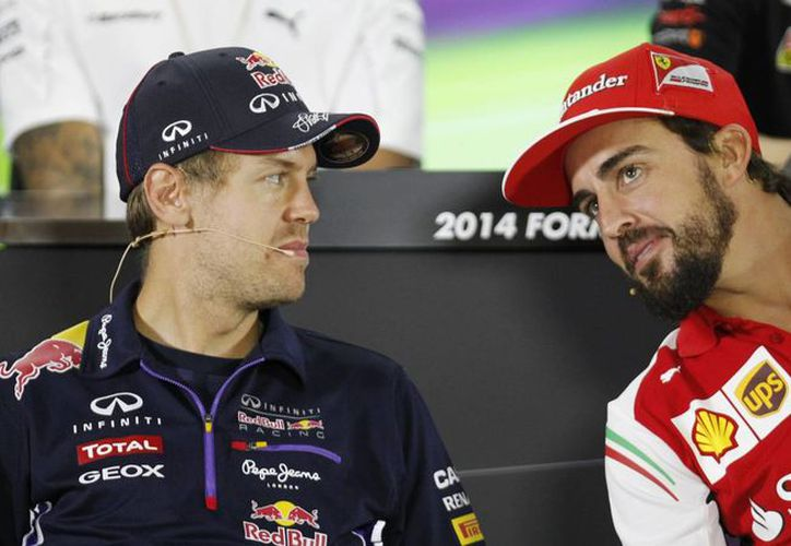 Sebastian Vettel (i) con Fernando Alonso, durante una conferencia de prensa en Abu Dabi, premio al Gran Premio, último del año. (Foto: AP)